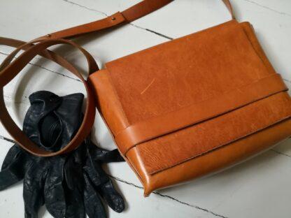 Lille håndtaske i kernelæder med strop
