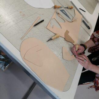 Håndarbejde i kernelæder til workshop