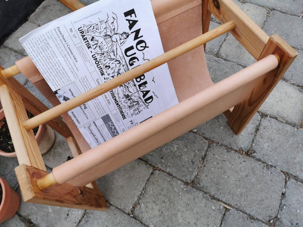 Avis i avisholder af kernelæder