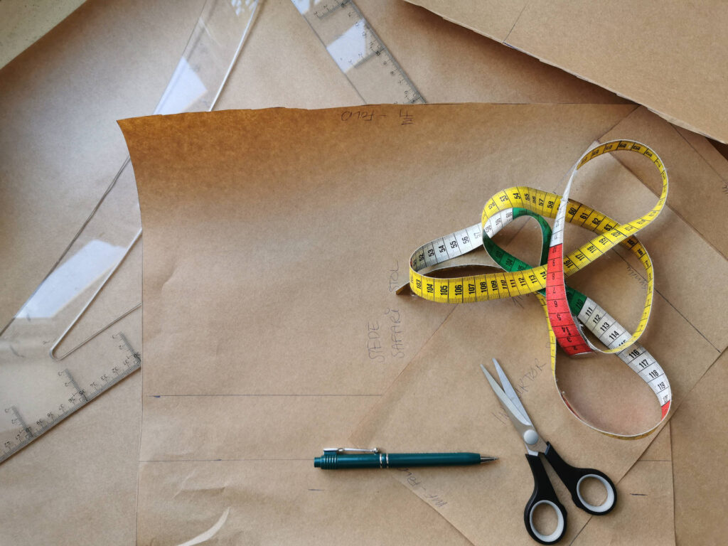 Opmåling og tegning på mønsterpapir