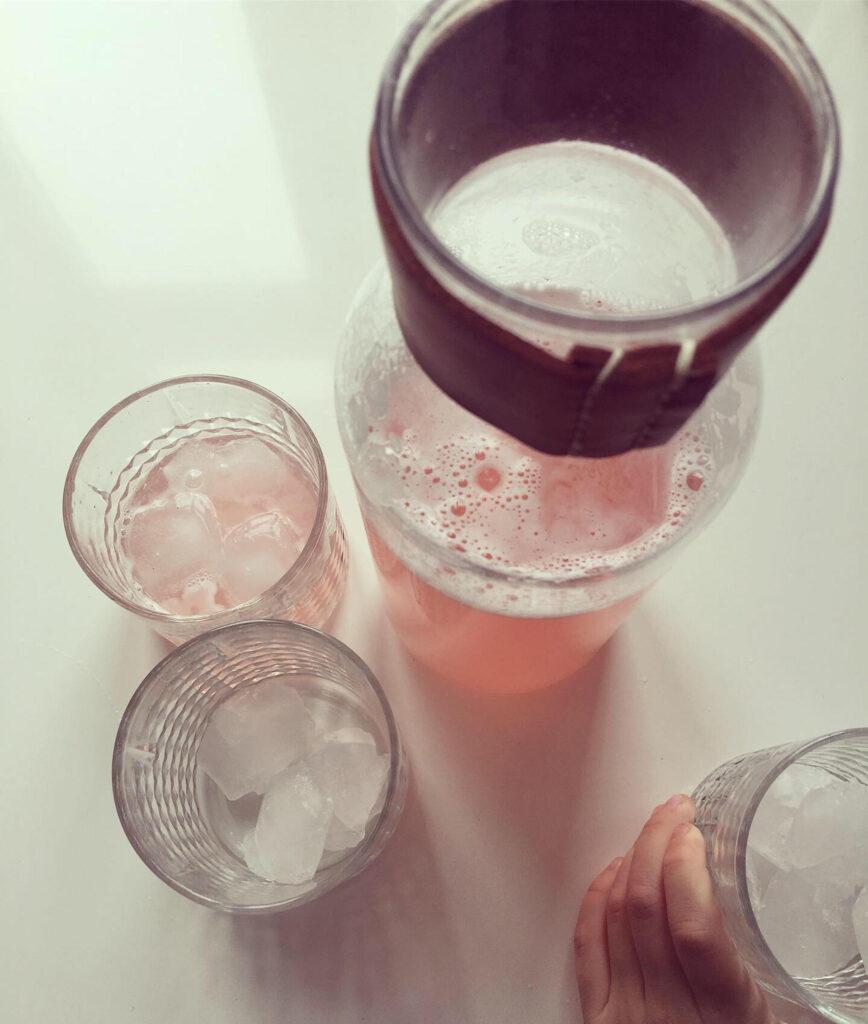 Frisk rabarbersaft i flaske
